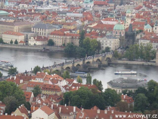 Karlův most z rozhledny Petřín v Praze