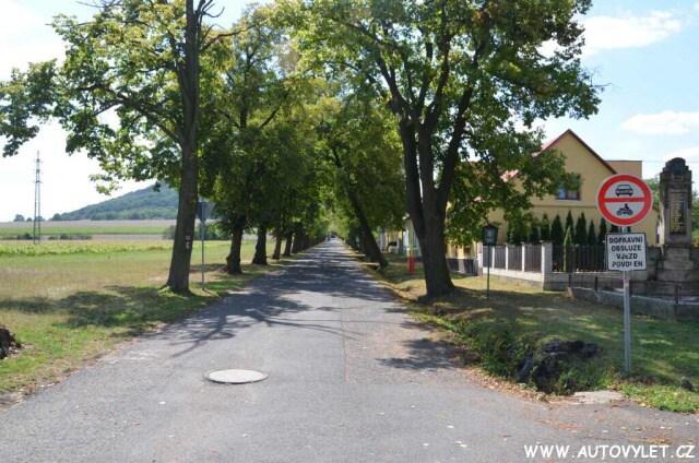 Cesta od parkoviště na horu Říp