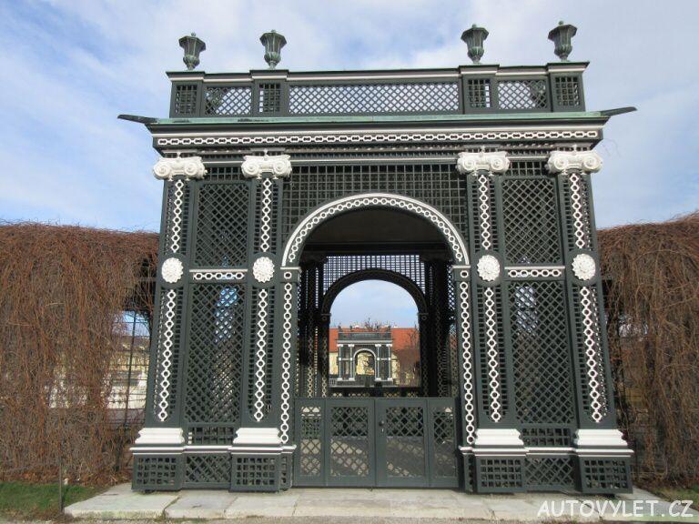 Brána Schonbrunn zahrady Vídeň