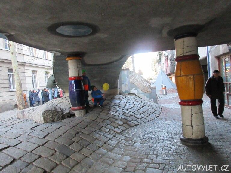 Hundertwasserhaus Vídeň - pod terasou