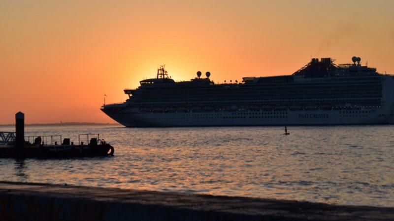 Loď v přístavu v Portugalsku