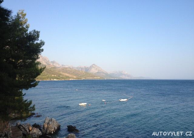 Pobřeží u kempu Dole v Živogošče v Chorvatsku