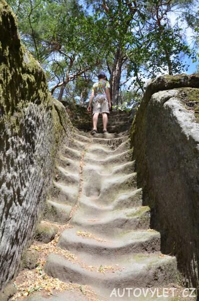 Jeskyně Klácelka - kamenné schody