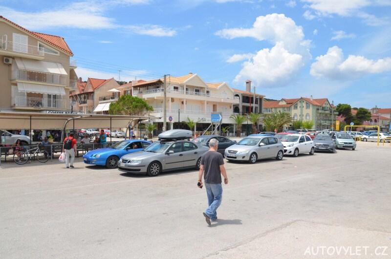 Auta čekající na trajekt v Argostoli