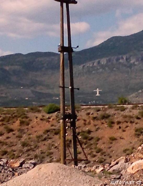 Obrovský kříž u hranic Montenegra s Albánií vytvořený na úbočí kopce