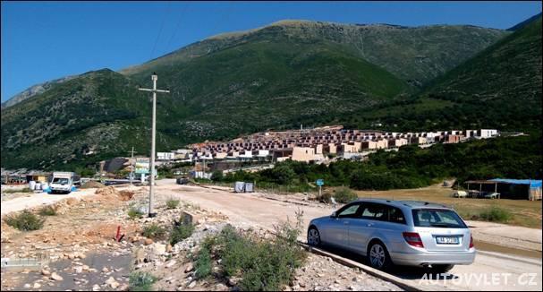 U této albánské pláže se staví celý nový turistický rekreační rezort