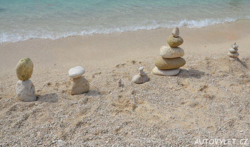 Sochy z kamenů - pláž Petani Kefalonie