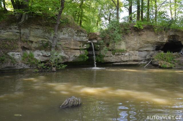 Dolanský vodopád a jeskyně