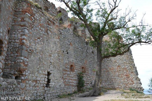 Část zříceniny Dívčího hradu