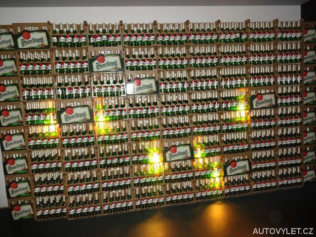 Expozice před stáčírnou piva