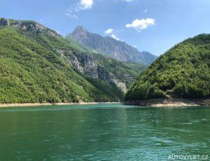 Komanské jezero v Albánii