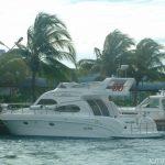 Motorový člun vozí turisty na ostrov Fihalholi