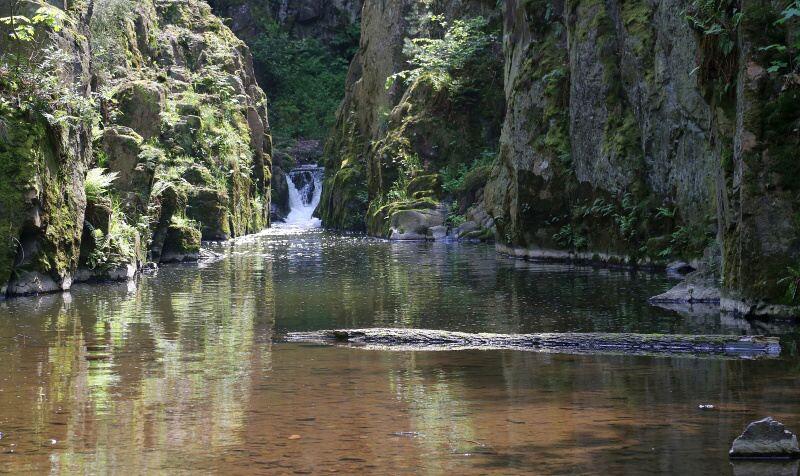 Skryjské jezírko a vodopád