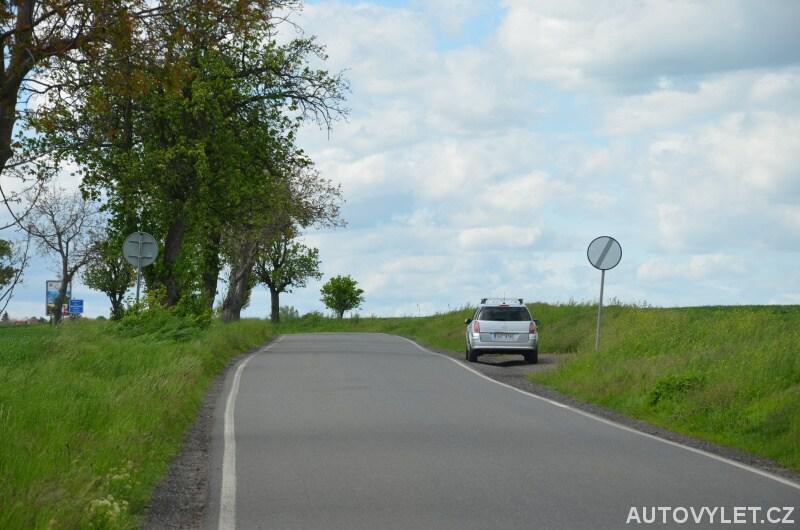 Parkování u největšího menhiru v Čechách