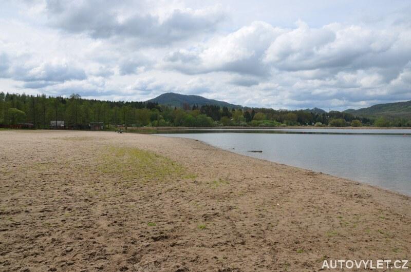 Pláž u jezera Chmelař v Úštěku