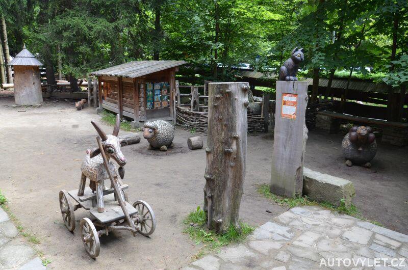 Dřevěná koza na hřišti pro děti