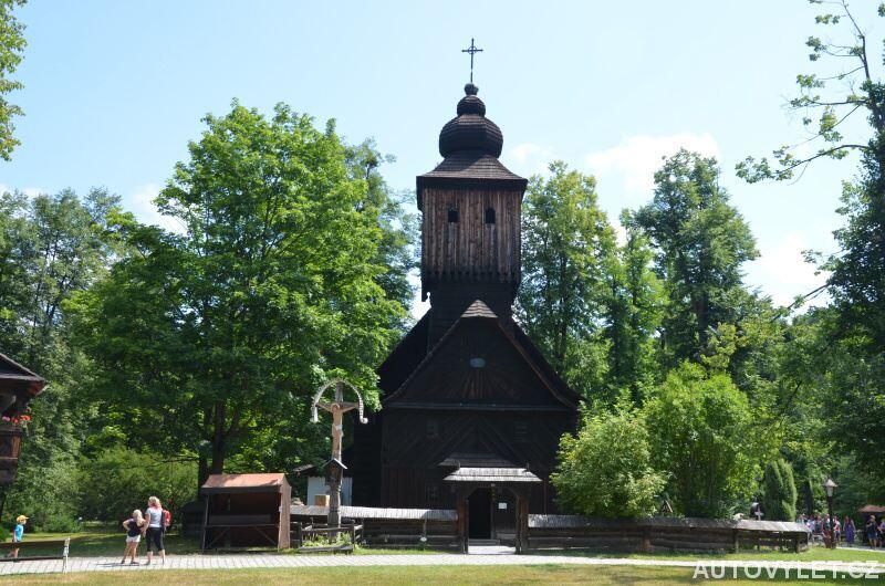 Kostel v dřevěném městečku