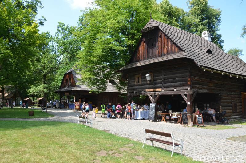 Restaurace v dřevěném městečku