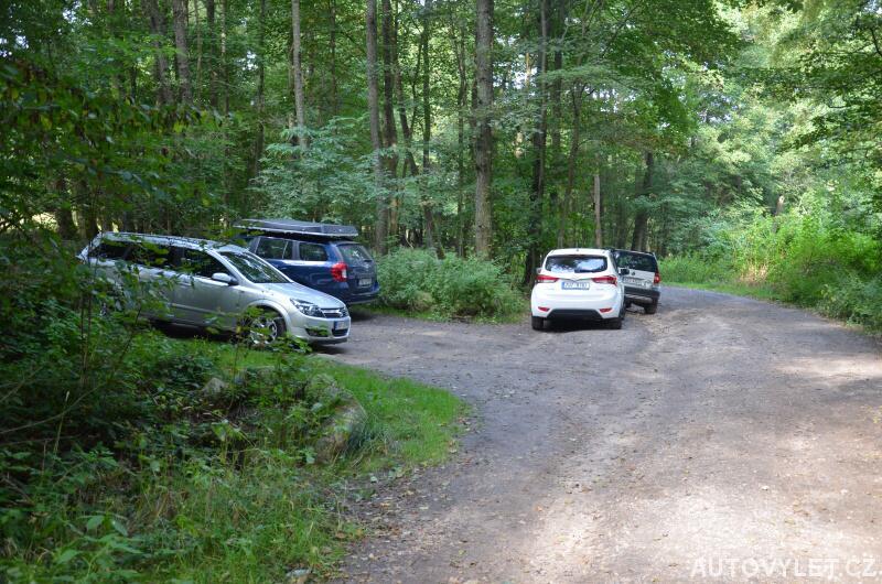 Parkování v obci Hrušková pod rozhlednou Krudum