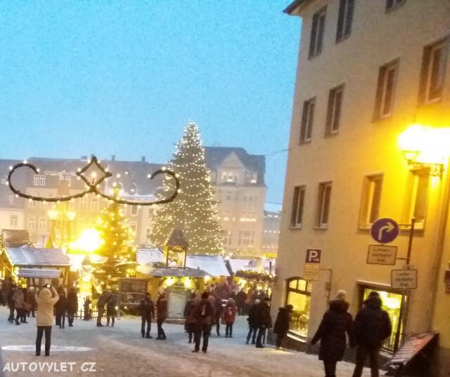 pohled na vánočně vyzdobené náměstí
