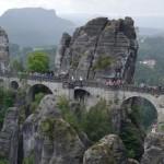 Skalní most Bastei v Německu je pěkný výlet autem