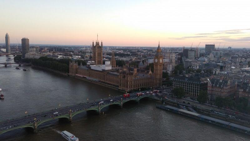 Romantické výhledy na Big Ben a Westminsterský palác z London Eye při západu slunce