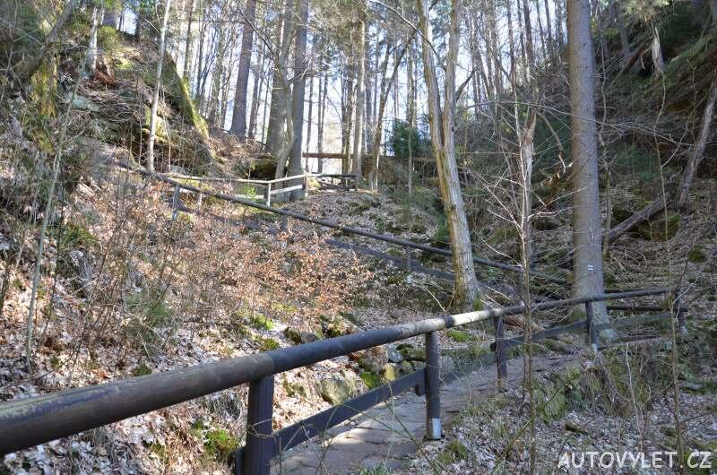 Po schodech k řece Kamenici