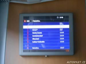 Informační cedule ve vlaku zobrazující stanice a zastávky
