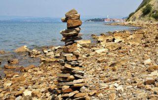 kamenná věž u moře ve slovinsku