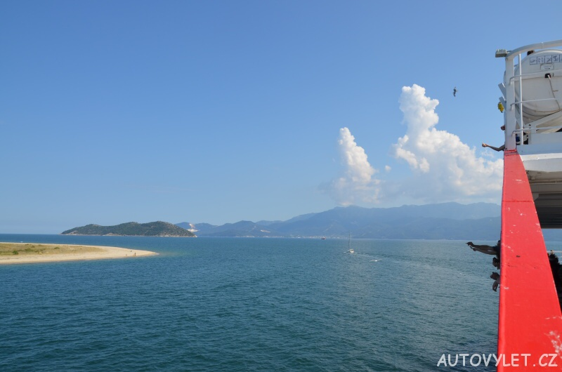 Krmení racků na trajektu na řecký Thassos