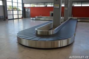 Dopravní pás na letišti Kavala v Řecku