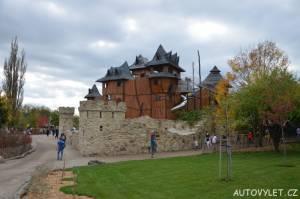 mirakulum milovice zábavní park - hrad dominanta