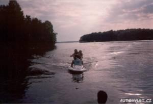 na vodním skůtru po jezeře v usa