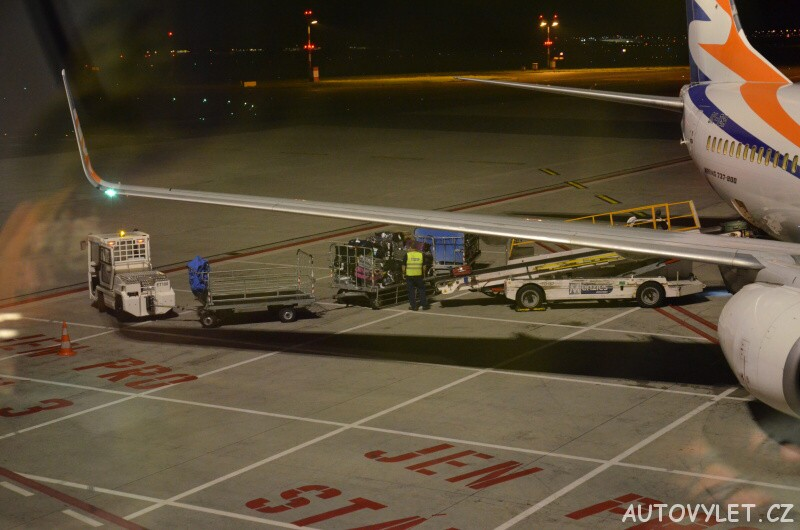 nakládka kufrů do letadla na letišti václava havla