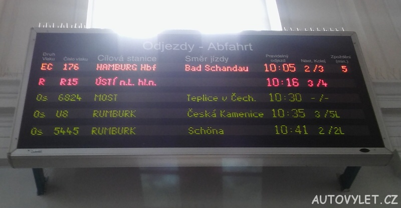 Odjezdy vlaků - informační cedule Děčín - hlavní nádraží