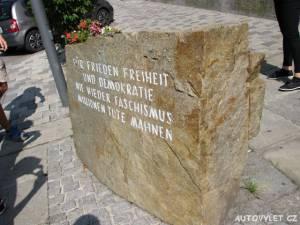 Pamětní kámen u rodného domu Adolfa Hitlera - Branau am Inn
