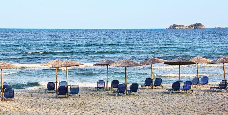 pláž, moře, lehátka