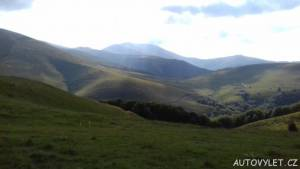 Pohled do údolí na opuštěný dům SSSR a chýše bačů
