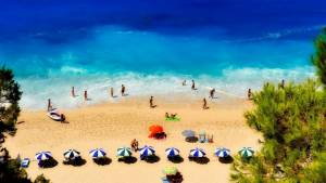 řecko pláž slunečníky moře