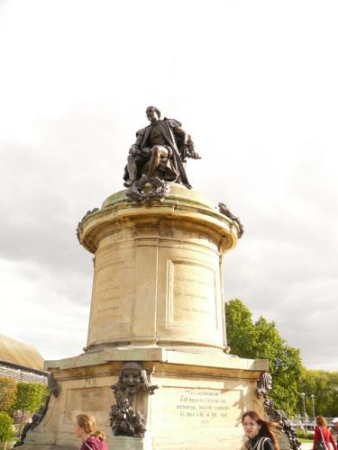 Socha Williama Shakespeara shlížejícího na návštěvníky Stratfordu