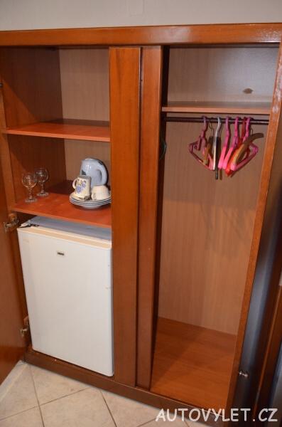 Thassos Green Bay Hotel Řecko - skříň a lednice