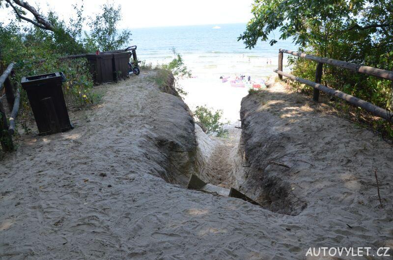 Úzká cesta na pláž Miedzywodzie Polsko