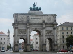 Vítězný oblouk se sochou Bavarie tažené čtyřmi lvy