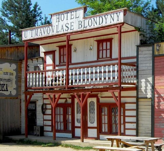 Westernové městečko Boskovice - hotel u tmavovlasé blondýny